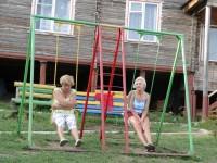 Отдых на море для взрослых: качели на детской площадке